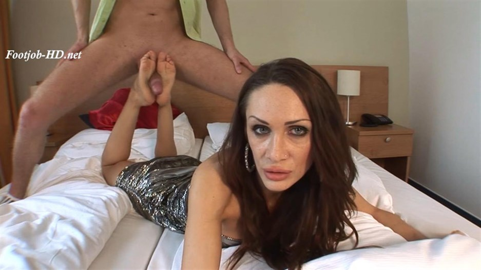 Cynthia (22 Years old – 37EU feet size) Casting Footjob – Part II (Big Cumshoot On Soles) – Angelo's FeetGirls
